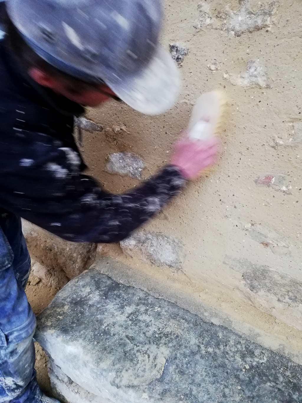 Ouvrier effectuant la technique d'enduits à chaud- MPR